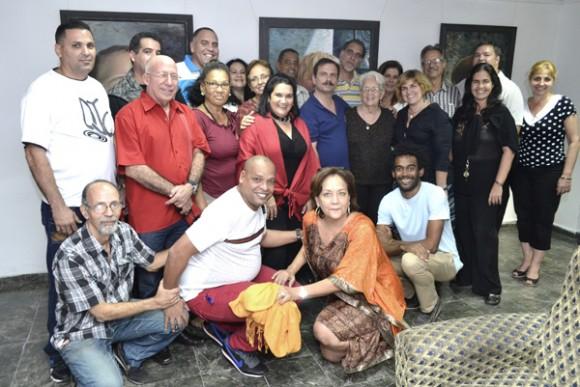 Equipo de trabajo de Radio Rebelde con Los cinco, invitados y familiares. Foto: Abel Rojas y Barallobre/ Radio Rebelde