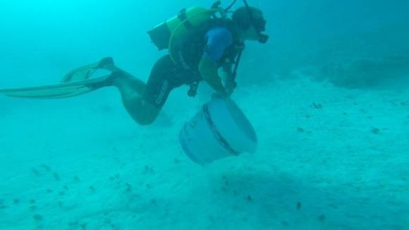 Traslado de las obras a la galería submarina. Foto: Cortesía de Sándor González