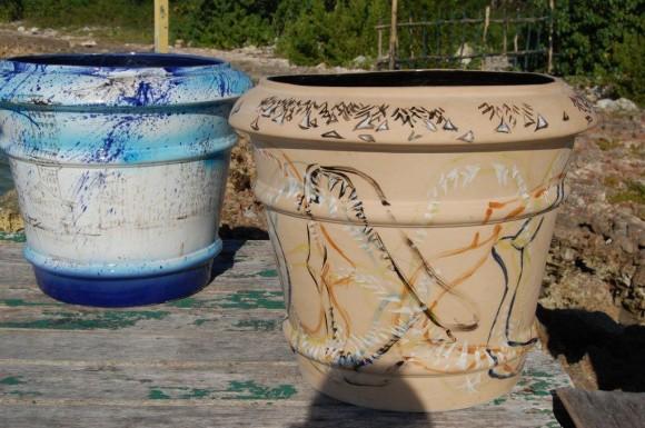 Los jarrones de cerámica esmaltada, antes de ser sumergidos. Foto: Cortesía de Sándor González.