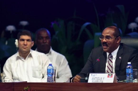 El primer ministro de Antigua y Barbuda y presidente de la Comunidad de Estados del Caribe (CARICOM), Gastón Alphonso Browne (a la derecha), pronuncia un discurso durante la sesión de inauguración de la V Cumbre de la Comunidad de Estados del Caribe (CARICOM), y Cuba. Foto: Xinhua