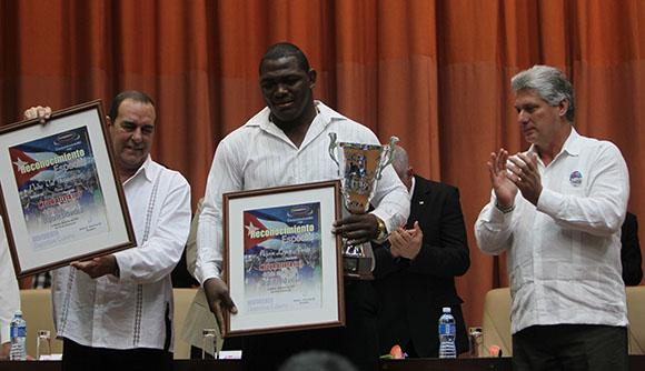 Asiste Díaz-Canel a premiación de Atletas más destacados del año