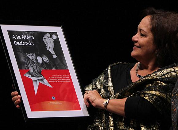 Arleen Rodriguez recibe reconocimiento de la FMC en Gala por el 15 Aniversario de la Mesa Redonda. Foto: Ismael Francisco/Cubadebate.