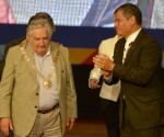 """""""Toda América Latina te reconoce, tu pueblo te reconoce y se identifica contigo"""", dijo el presidente ecuatoriano Rafael Correa al entregarle el Gran Collar al mandatario de Uruguay, José Mujica. Carlos Barros"""