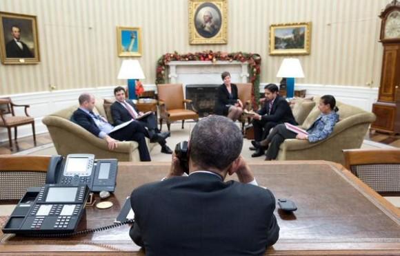 Obama conversa por teléfono con Raúl. Foto: Casa Blanca.