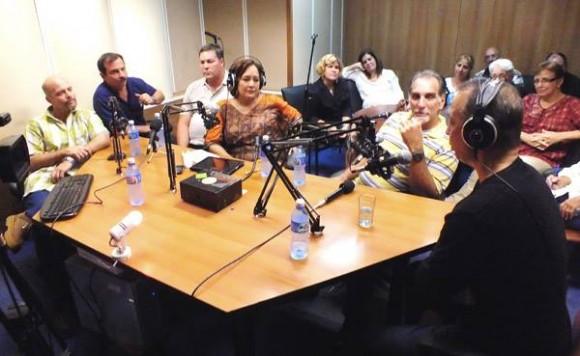 Los Cinco junto a Arleen Rodriguez, sus familiare y otros realizadores, durante la trasmisión del programa La luz en los oscuro, ahora convertido en una celebración por el regreso.. Foto: Radio Rebelde/ Facebook