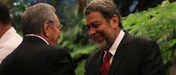 Raúl saluda a Ralph Gonsalves, Primer Ministro de San Vicente y las Granadinas. Foto: CubaMInrex Archivo