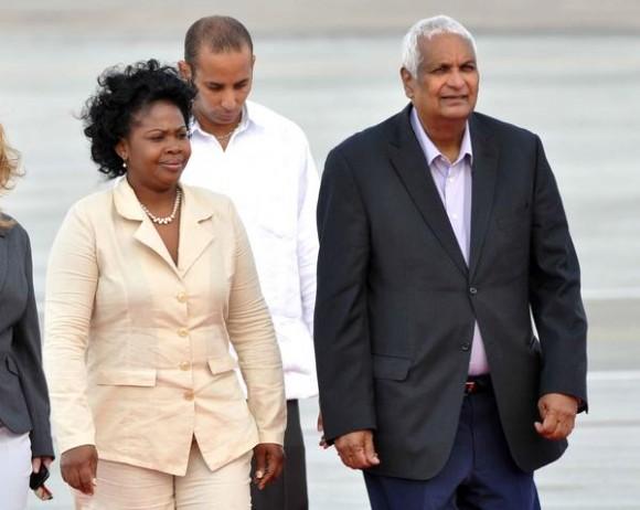 Aramis Almenteros (I), miembro del Consejo Estado recibió a Winston Chaendarban (D), canciller de Trinidad y Tobago, arribo a La Habana, para participar en la V Cumbre CARICOM-Cuba, en La Habana, el 7 de diciembre de 2014. AIN FOTO/Marcelino VAZQUEZ HERNANDEZ
