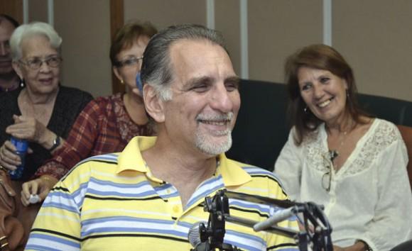 René toma la palabra para la audiencia de La Luz en lo Oscuro. Foto Abel Rojas Barallobe/ Radio Rebelde