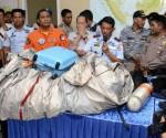 Miembros de la fuerza aérea de Indonesia muestran los restos hallados y recuperados del avión de AirAsia, vuelto QZ8501. Foto: AFP