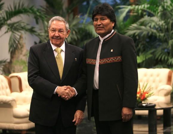 Saludo Oficial a los Jefes de Estado: Raúl y Evo. Foto: Ismael Francisco/Cubadebate.