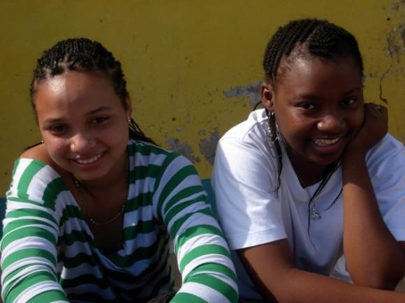 A medida que el sida se vuelve la principal causa de muerte entre adolescentes en África, es fundamental empoderar a los jóvenes, en especial a las niñas, para que puedan tener opciones que les salven la vida. Crédito: Mercedes Sayagues.