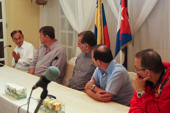 01 visita de los 5 a la embajada (a la izquierda el embajador Alí Rodríguez)