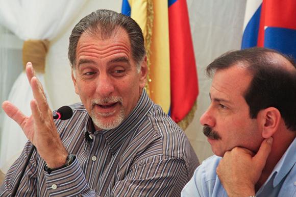 07 visita de los 5 a la embajada (a la izquierda René González)z)
