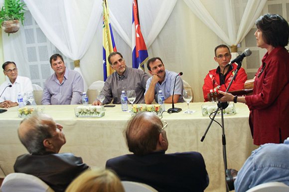 12 visita de los 5 a la embajada (a la derecha la cantante venezolana Cecilia Todd)