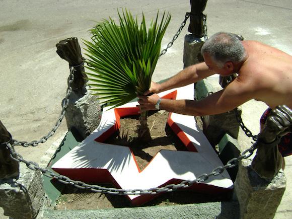 Momento de plantar la hoy ya adulta Palmacia, conocida como Jata de Guanabacoa, simbolo del mestizaje. Foto. Cortesia Pedro Alberto González.