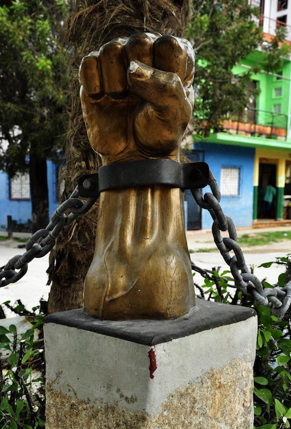 Detalle de uno de sus puños encadenado. Foto. Roberto Garaicoa Martínez.