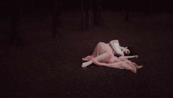 Tampoco ha pasado desapercibida para Flickr esta preciosa fotografía tomada por Alex Benetel que nos muestra a una mujer tumbada en un bosque.
