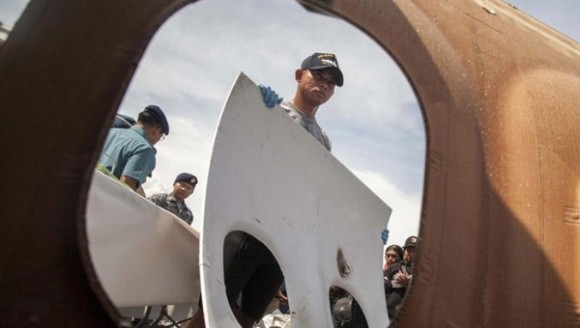 Parte del fuselaje del avión que equipos de rescate han recuperado. Foto: EFE.