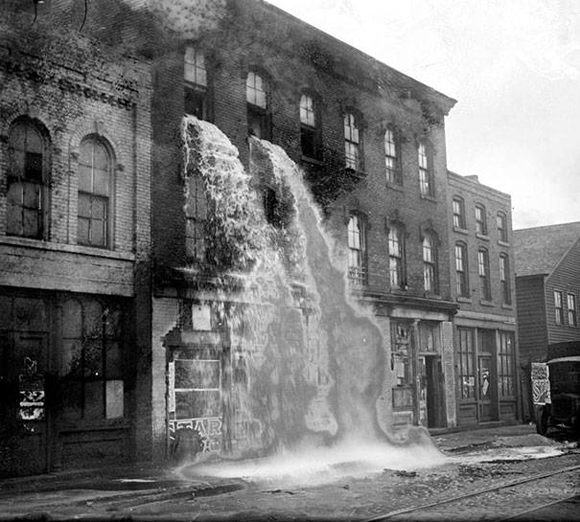Alcohol ilegal siendo derramado durante la Ley Seca, Detroit, 1929.