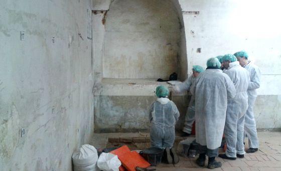 Momento en que los investigadores se arremolinan ante restos óseos recién descubiertos. Foto: R. F.