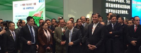 Zeng Xiaodong – Director de Cooperación del Consejo Administrativo del Parque Tecnológico, recibe al Presidente Rafael Correa y realiza una presentación sobre el lugar.