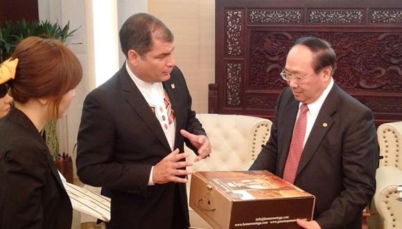 sidente Rafael Correa y el Presidente del Eximbank, Li Ruogu, intercambian presentes típicos de sus naciones.