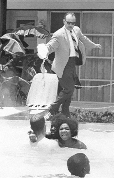 Dueño de un hotel vierte ácido en la piscina mientras unas personas negras disfrutaban de su baño, 1964.