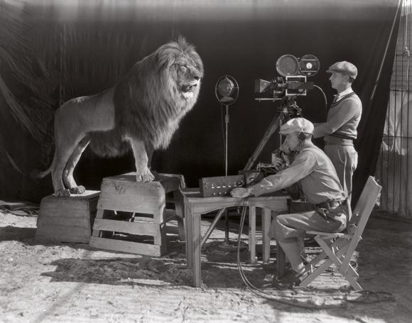 Filmando la famosa escena de los créditos de la MGM, el comienzo de la era de Hollywood, 1928