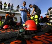 Buzos de la armada indonesia inspeccionan sus equipos a bordo de un barco de la Agencia Nacional de B˙squeda y Rescate (BASARNAS) antes de participar en la operaciÛn de b˙squeda de las vÌctimas del vuelo accidentado de AirAsia, en el mar de Java, en Indonesia, el 2 de enero de 2015.(Foto AP)