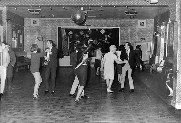 Los Beatles tocando para 18 personas en el club de Aldershot, en diciembre de 1961. Todavía tardarían año y medio en convertirse en leyenda