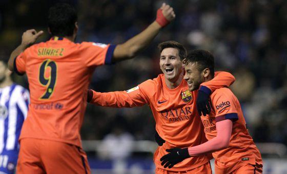 Messi es felicitado por Neymar y Luis Suárez tras uno de sus goles.