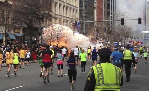 Varios corredores participando en la maratón en el momento que explotó la bomba. DAN LAMPARIELLO REUTERS
