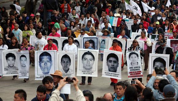 Padres de normalistas desaparecidos protestan