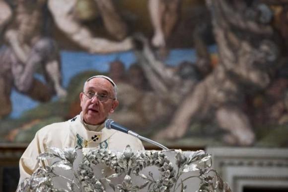 AFP/OSSERVATORE ROMANO/AFP - Imagen entregada el 11 de enero de 2015 por la oficina de prensa del Vaticano muestra al Papa Francisco durante un discurso en la Capilla Sixtina
