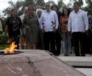 Antonio Guerrero Rodríguez (C), Héroe de la República de Cuba, junto a dirigentes del partido y del gobierno en la provincia, rinden homenaje a Ernesto Guevara de la Serna, en el Mausoleo Frente de Las Villas,  en Santa Clara, provincia Villa Clara, Cuba, 11 de enero de 2015.    AIN   FOTO/Arelys María ECHEVARRÍA RODRÍGUEZ