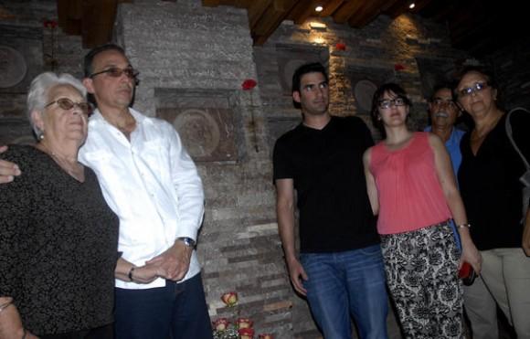 Antonio Guerrero Rodríguez (I), Héroe de la República de Cuba, junto a sus familiares rinde homenaje Ernesto Guevara de la Serna, en el memorial  al Che, en Santa Clara, provincia Villa Clara, Cuba, 11 de enero de 2015.    AIN   FOTO/Arelys María ECHEVARRÍA RODRÍGUEZ