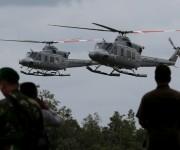HelicÛpteros de la armada de Indonesia que transportan cuerpos de las vÌctimas del accidente del vuelo 8501 de AirAsia a su llegada al aeropuerto de Pangkalan Bun, en Indonesia, el 3 de enero de 2015. (Foto AP/Tatan Syuflanai)