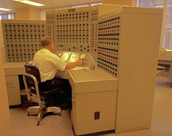 Un hombre que trabaja en una computadora analógica, 1968