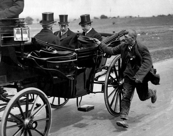 Un mendigo corriendo junto al carruaje del rey Jorge V, 1920
