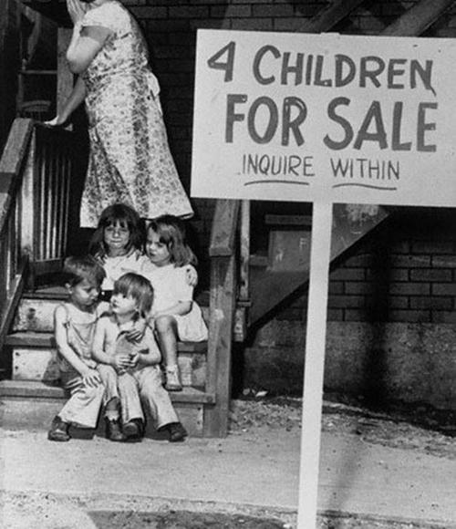 Una madre oculta su cara por vergüenza después de poner a sus hijos a la venta, Chicago, 1948.