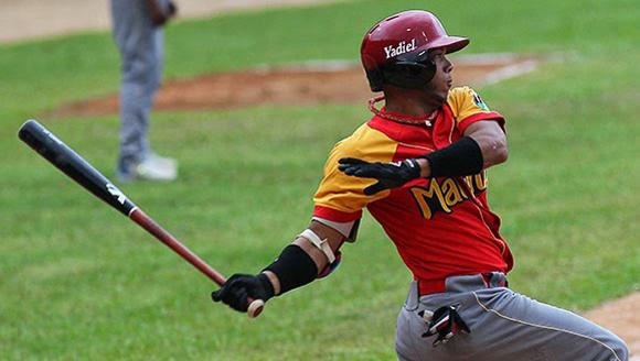 Yadiel Hernández tiene el mejor WAR de la Serie 54.