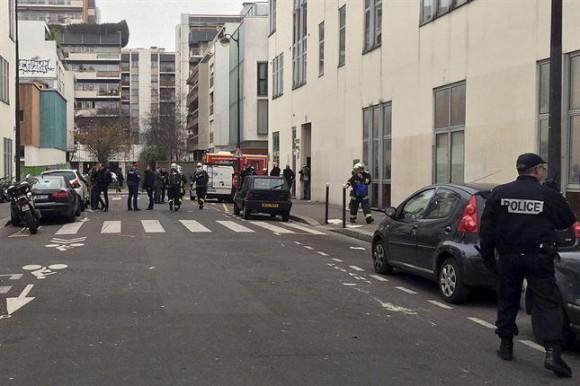 El ataque se produjo alrededor de las 11.30 hora local (7.30 en la Argentina) cuando dos individuos armados con un fusil kalachnikov y un lanza-cohetes irrumpieron en el edificio de la publicación situada en el distrito 11 de la capital francesa.