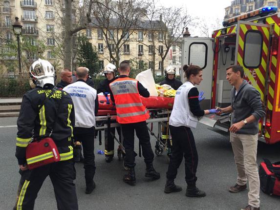 """En el lugar del hecho, el presidente francés, François Hollande , señaló que cuatro personas """"se debaten entre la vida y la muerte""""."""