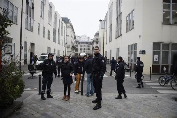 Entre las víctimas fatales, figuran el director del semanario, Charb, cuyo nombre completo es Stéphane Charbonnier, y otros tres dibujantes (Cabu, Wolinski y Tignous), además de dos policías que custodiaban el edificio