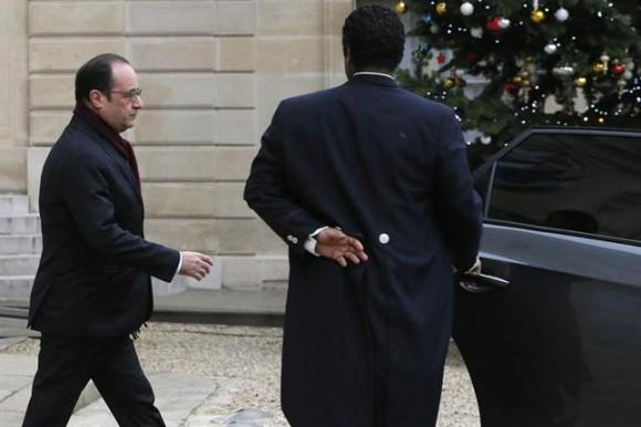 Al menos doce personas murieron y diez resultaron heridas como consecuencia de un ataque de tres hombres armados y encapuchados en la redacción del semanario satírico Charlie Hebdo , en el corazón de París, confirmó la Fiscalía de París.