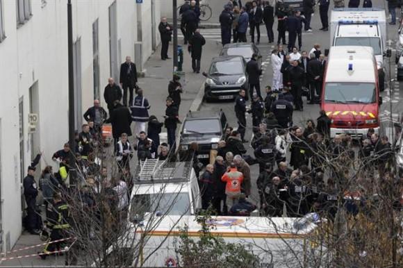 """El primer ministro Manuel Valls decidió aumentar el plan de protección antiterrorista (Plan Vigipirate) al nivel de """"alerta atentados"""", el más alto posible, en toda la región parisina."""