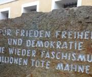 """Frente a la casa, una piedra en la que dice: """"Para la paz, la libertad y la democracia. Nunca jamás fascismo. Millones de muertos lo advierten"""". Foto: BBC Mundo"""