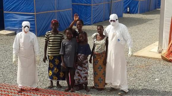 El sitio en Facebook de la Brigada Médica Cubana en Guinea Conakry publica esta foto y este texto: El mejor de los homenajes para un hermano caído en el cumplimiento del deber. En el día de hoy, 19 de enero de 2015, dimos de alta a 8 pacientes que estuvieron afectados por el virus ébola y que hoy, gracias al esfuerzo mancomunado de personal guineano, de la Unión Africana y de la Brigada médica cubana de lucha contra el Ébola, regresan a sus hogares libres de tan terrible enfermedad. Los pacientes fueron atendidos en el centro de tratamiento Ébola ubicado en la región de Coyah. Una vez más gano la vida, la esperanza. Seguiremos salvando vidas.