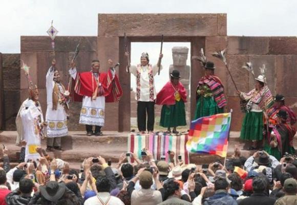 El traje o Unku, de carmín, negro y dorado, fue tejido con fibra de vicuña, lleva en su gorro el cuerpo del cóndor y la cabeza del puma