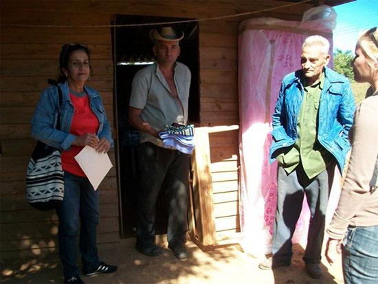 Núcleos familiares del poblado de El Guayabo reciben los recursos entregados al amparo del Acuerdo 7384 del CECM. Foto: Cortesía de la Dirección del MTSS en Pinar del Río.